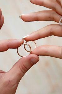 Выбираем золотые свадебные кольца