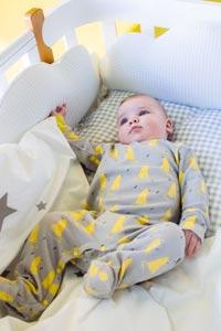 Безопасность малыша: бортики для кроватки