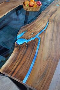 Необычный кухонный стол из слэба и эпоксидной смолы