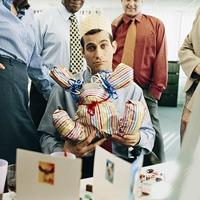 Что подарить коллеге по работе: прочь стереотипы