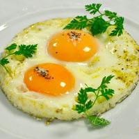 Ешь по утрам яичницу – будешь сытым до обеда!