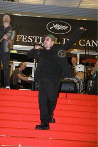 U2 сыграли на красной дорожке в Каннах