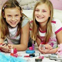 В каком возрасте уже можно делать маникюр и макияж