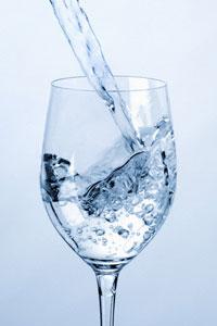 Выпивать 8 стаканов воды в день бесполезно