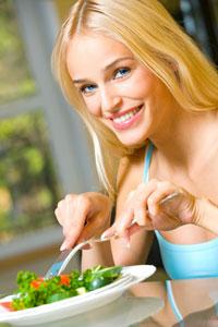 woman_eating_salad_001 Влияние цвета разных фруктов и овощей на здоровье человека