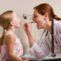 5 советов, как лечить насморк и горло у детей
