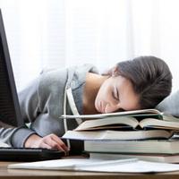 Чем вызвана сонливость на работе и как с ней бороться?