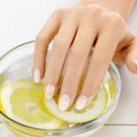Почему появляются белые полоски на ногтях и как их лечить