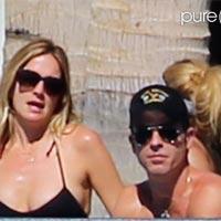 Дженнифер Энистон с женихом и лучшей подругой отметили новый год на пляже