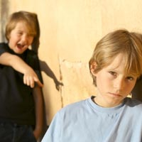 Как научить ребенка дружить: решаем проблемы с одноклассникам