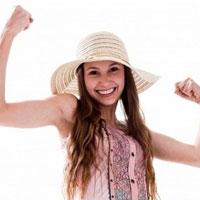 Сжатые кулаки защищают девушек от соблазнов