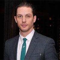 Том Харди носит одежду Элтона Джона для новой роли