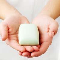 Обычное мыло и вода лучше антибактериальных веществ