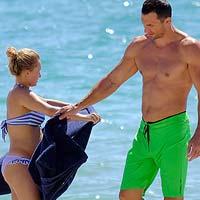 Владимир Кличко и Хэйден Панеттьери выгуливали ее беременный животик на пляже в Майами