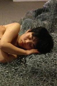 Художница из Китая будет месяц спать на металлической проволоке (11 фото)