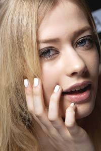 О чем предупреждают белые пятна на ногтях