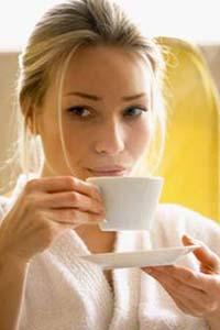 девушка с чашечкой кофе