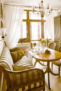 Как разместить диван в интерьере кухни?