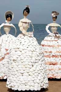 Британська художниця створила гігантські ляльки з мушель (фото)