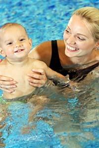 Собираемся в бассейн: когда и как учить плавать ребенка