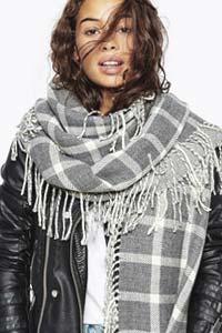 Тренд зимы 2016 – шарф в клетку с бахромой (фото)