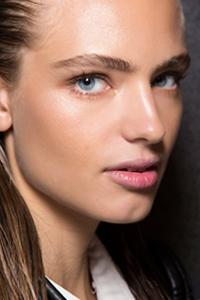 2 минуты для идеального лица с техникой макияжа страйпинг