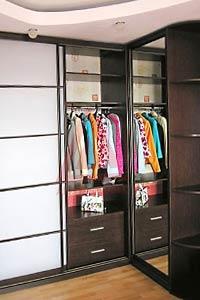 Организация свободного пространства: угловой шкаф-купе в интерьере