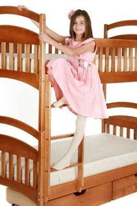 Роль двухъярусной кровати со встроенным шкафом в интерьере детской