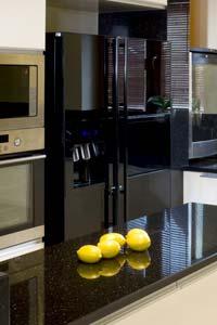 Чёрный холодильник с зеркальной поверхностью - оригинальная идея для кухни