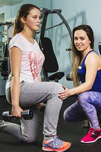 фитнес с тренером в зале