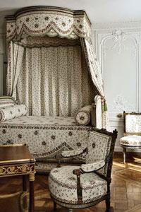 Женская спальня в виде будуара времен Марии Антуанетты