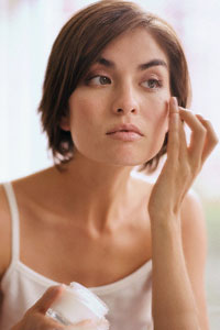 Как правильно наносить тональный крем и румяна на лицо