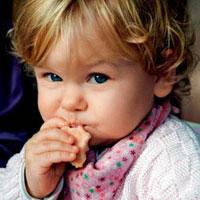 Как научить малыша жевать