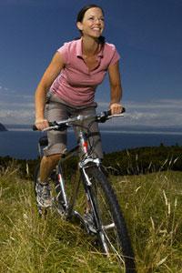 катается на велосипеде