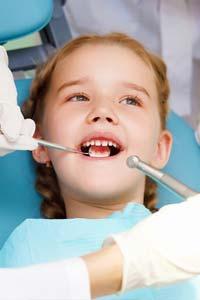Как происходит раннее лечение молочных зубов у детей?