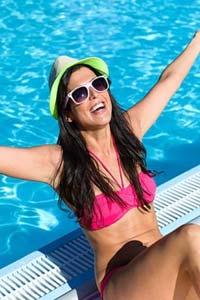 дівчина у басейні